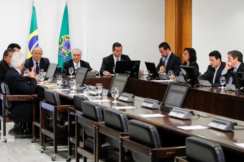 Presidente em Exercício Michel Temer durante reunião com ministros do Núcleo de Infraestrutura