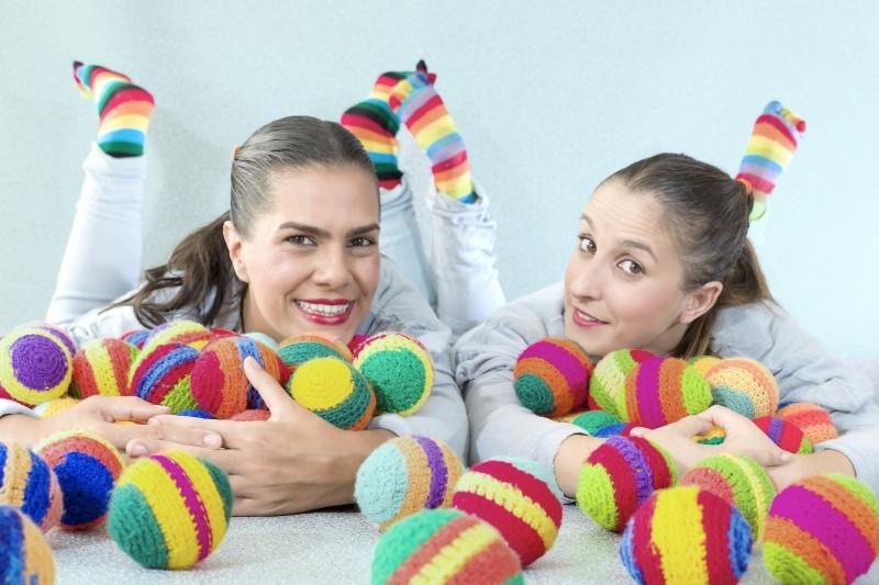Ana Luiza Bergmann e Bruna Espinosa manipulam objetos para contar histórias