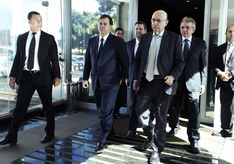 Henrique Meirelles (c) avaliou com Rodrigo Maia (e) pauta do governo