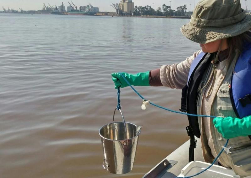 Técnicos da Fepam fazem coleta de amostras de água no lago Guaíba para testes