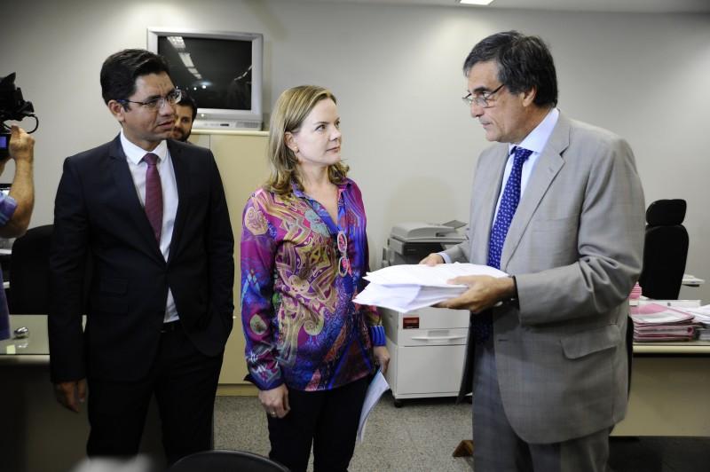 O documento foi protocolado pelo advogado da petista, o ex-ministro da Justiça, José Eduardo Cardozo (D)