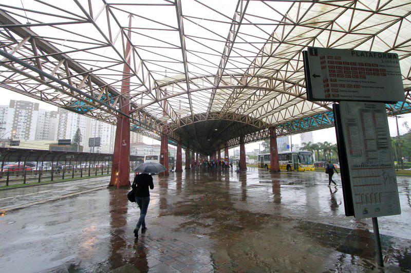 Terminal sofre com a falta de cobertura desde temporal que atingiu a cidade em 2014