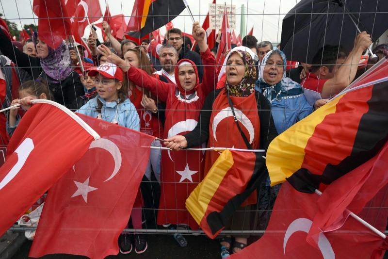 Na cidade alemã de Colônia, milhares foram às ruas para apoiar Erdogan