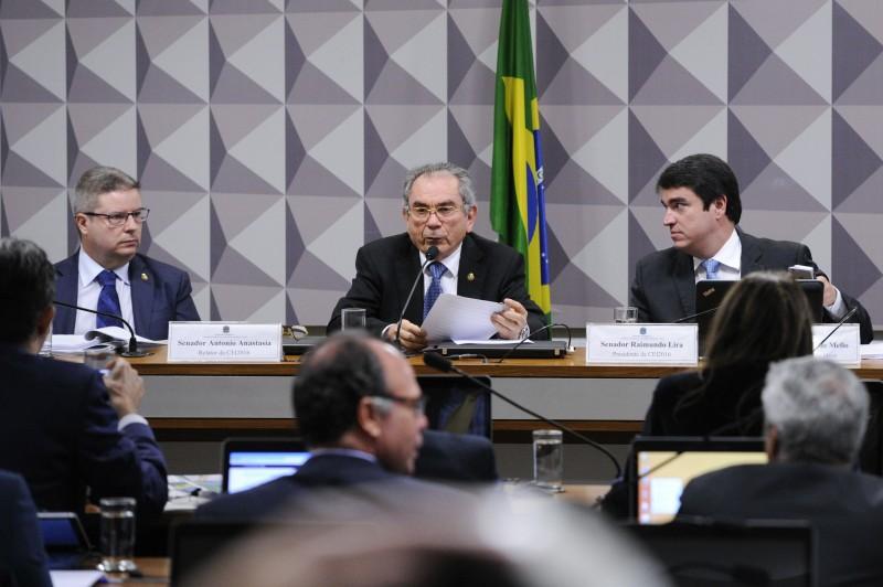 Secretário Raimundo Lira (c) leu relatório, com 441 páginas, favorável à saída da petista