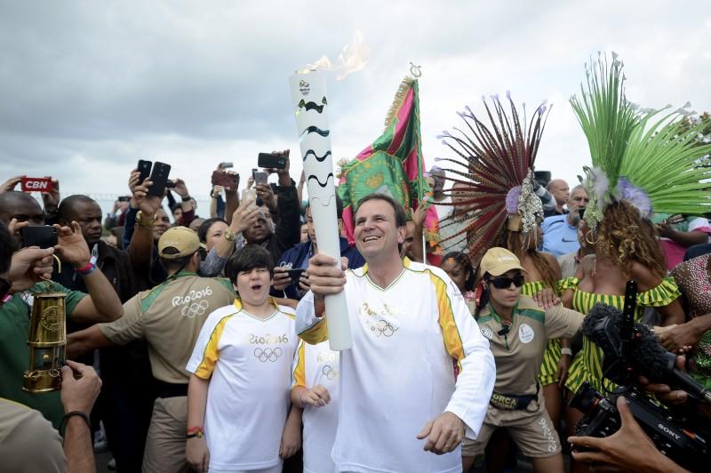 O prefeito Eduardo Paes é o primeiro condutor da tocha olímpica na cidade.
