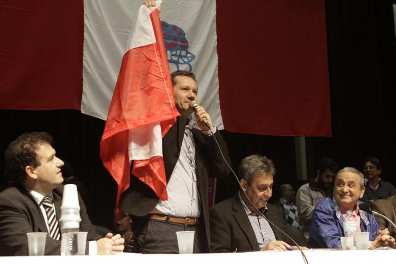 Convenção do PDT confirma Zacher (em pé) na chapa do peemedebista