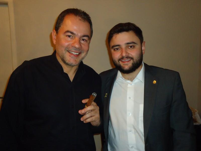 Alberto Iriart e o deputado estadual Gabriel Souza no encontro de charuteiros no Hadouken Sushi Bar