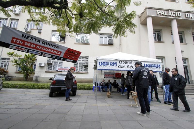 Paralisação dos servidores públicos  Pouca movimentação de servidores marca o início do dia de manifestação dos servidores da segurança pública.    na foto: fachada do Palácio da Polícia