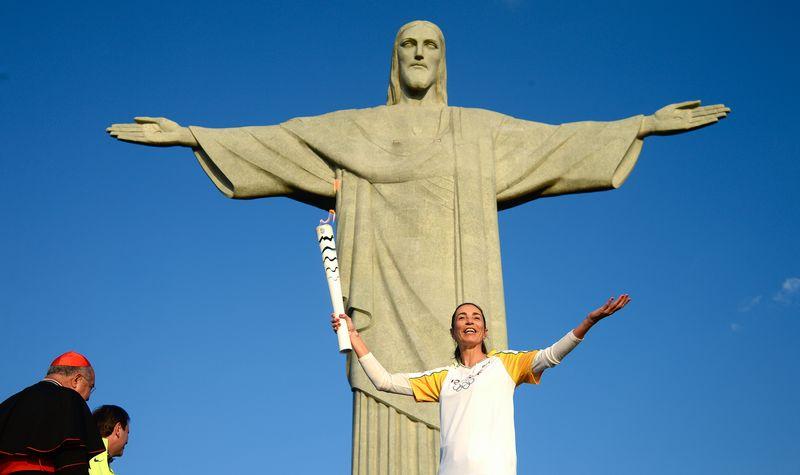 A ex-jogadora de vôlei Isabel se emocionou ao erguer a tocha em frente ao Cristo Redentor