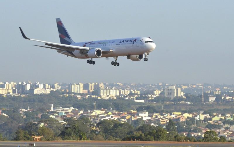 As entidades se dizem especialmente incomodadas pela tentativa de substituição de quem tem licença para trabalhar em aviões por encarregados de operação de plataforma