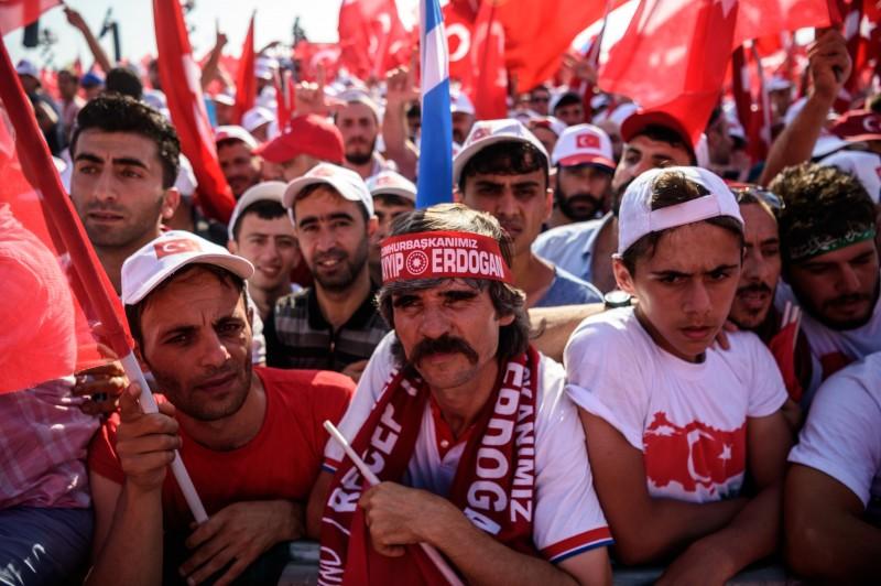 Manifestantes atendem ao chamado de Erdogan em ato em Istambul