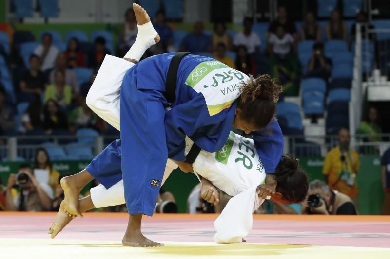 Rafaela conseguiu o ippon sobre a oponente e segue na disputa