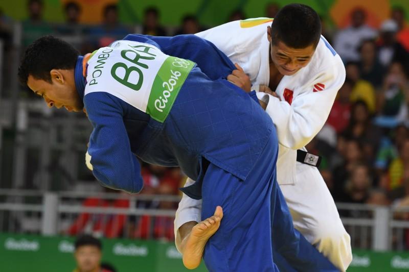 Nos últimos segundos de luta, o atleta asiático conseguiu um yuko