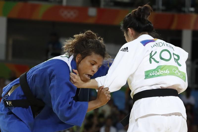 No final da luta, a brasileira conseguiu um wazari e derrotou Kim
