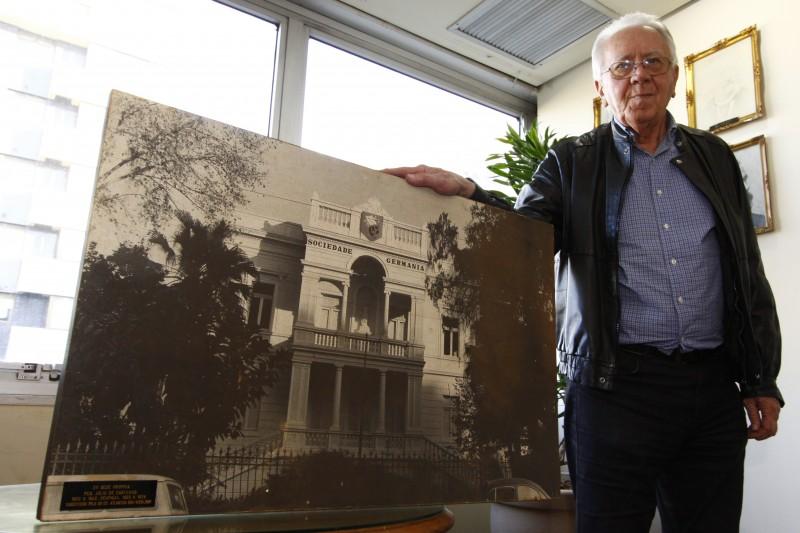Adelmann mostra o antigo prédio da Sociedade Germânia, uma das precursoras na negociação com o mercado imobiliário