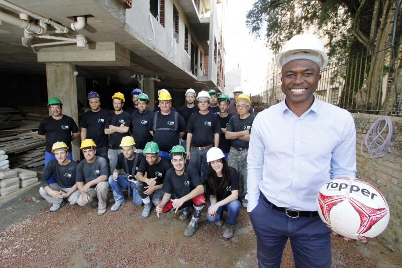 Tiago, ex-jogador do Juventude, com a equipe de sua construtora em uma obra de Porto Alegre