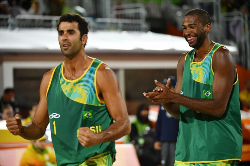 Evandro Gonçalves (E) e Pedro Solberg comemorando um ponto durante a partida