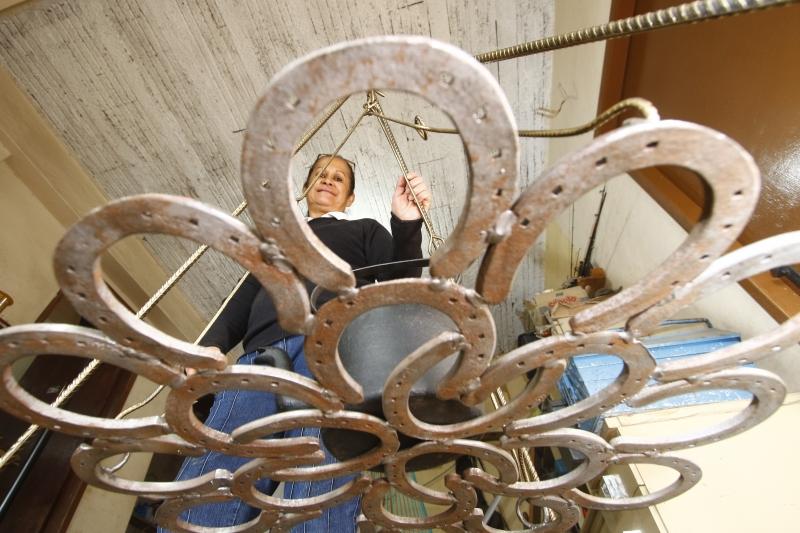 Nadia faz peças em ferradura, como essa estrutura para equilibrar panelas e chaleiras sobre o fogo de chão, o chamado trempe