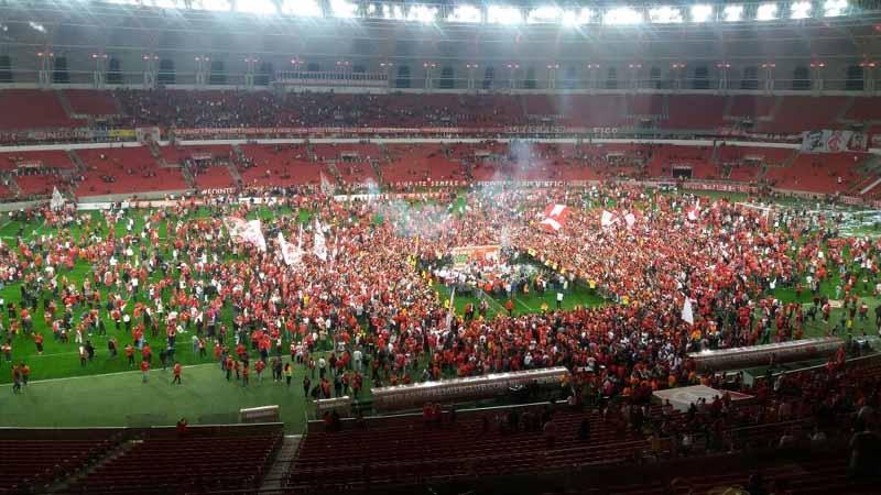 Ao final do jogo comemorativo, torcida invadiu o campo para comemorar os 10 anos do título