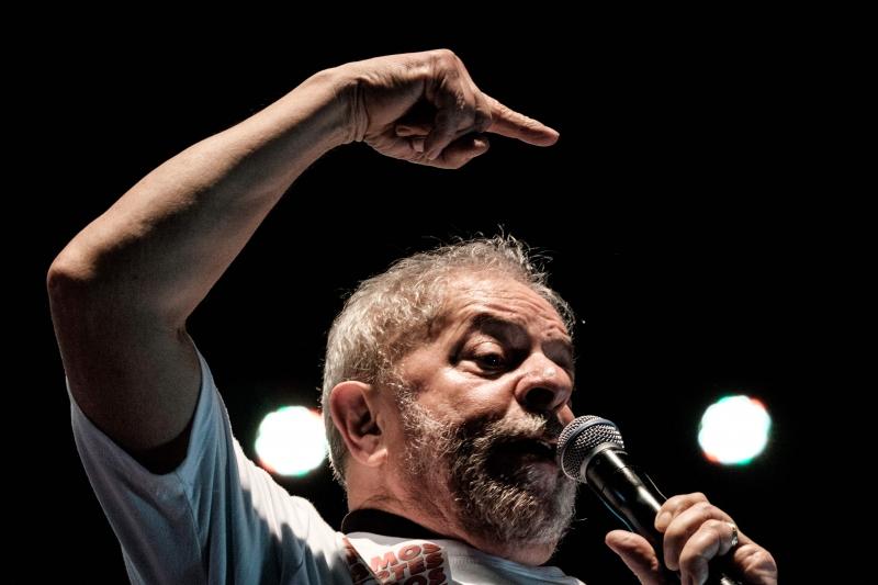 Texto cita a divulgação de conversas telefônicas do ex-presidente Lula