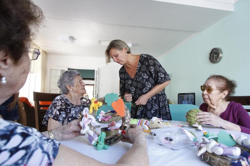 Creche para idosos.    na foto: e/d: Maria Teresa Dallegrave ( 85 anos ), Maria Edair Kroeff ( 89 anos ), Délcia Marisa Krutzmann ( proprietária ) e  Ruth Rodrigues ( 91 anos )
