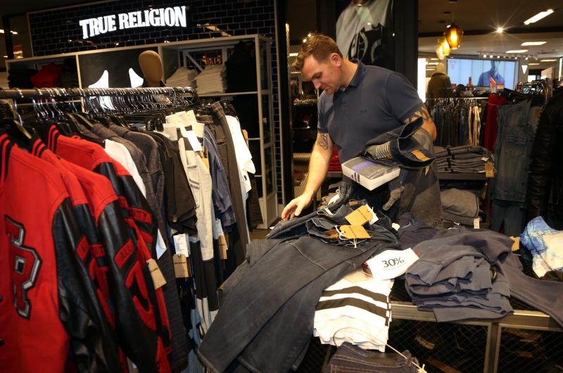 Preços dos itens de vestuário apresentaram uma taxa de variação menor na comparação com julho