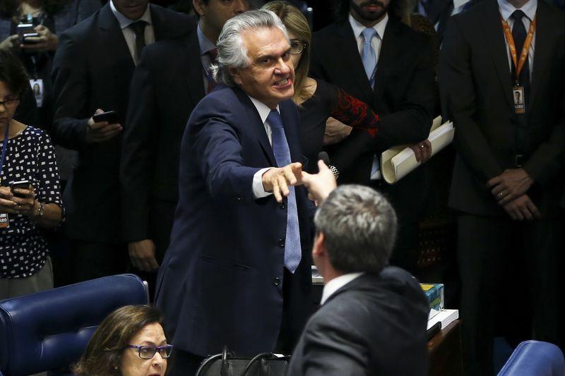 Brasília - Os senadores Ronaldo Caiado e Lindbergh Farias discutem durante o primeiro dia da sessão de julgamento do impeachment da presidenta afastada Dilma Rousseff ( Marcelo Camargo/Agência Brasil)