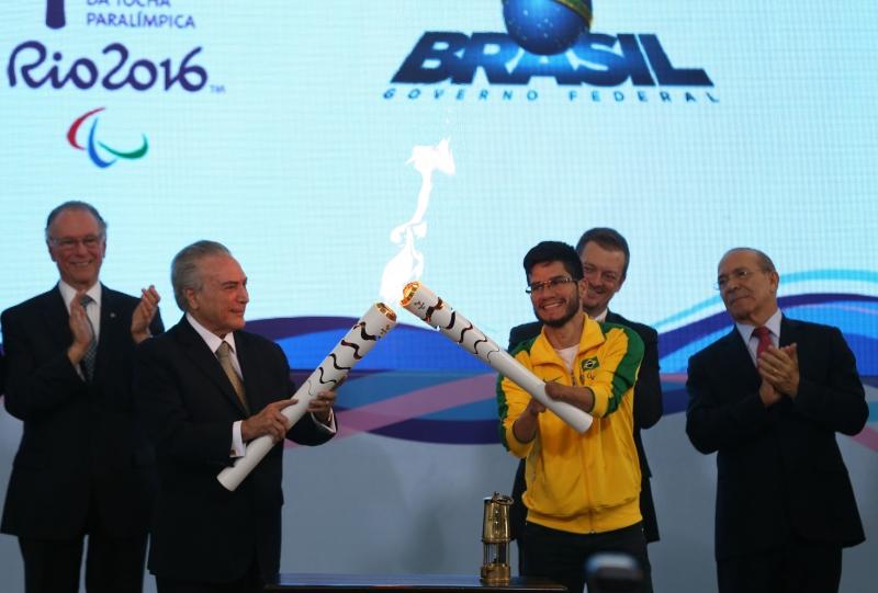 Brasília - O presidente interino Michel Temer e o velocista Yohansson Nascimento acendem a tocha paralímpica no Palácio do Planalto (Valter Campanato/Agência Brasil)