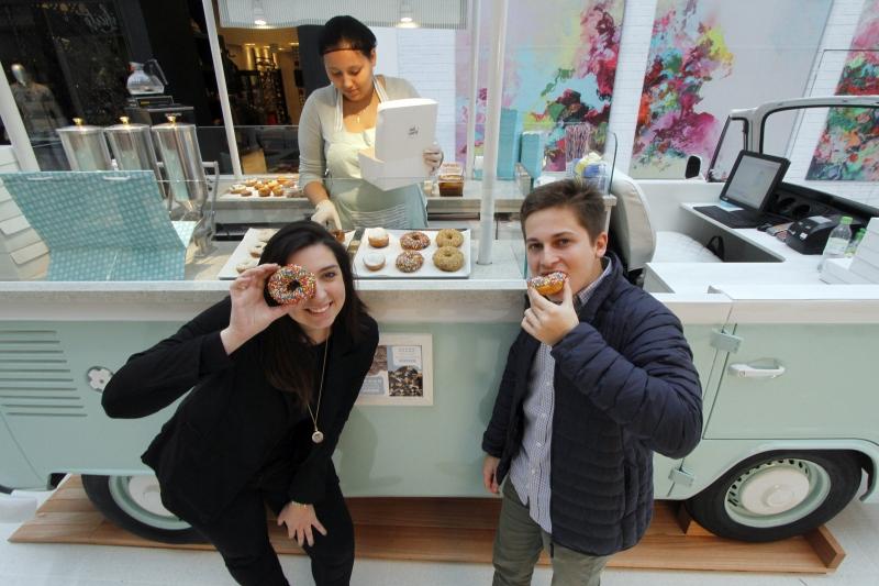 Amanda Rovatti e Miguel Souza, sócios da Backer Box Donuts, apostam no sabor e na Kombi como diferencial