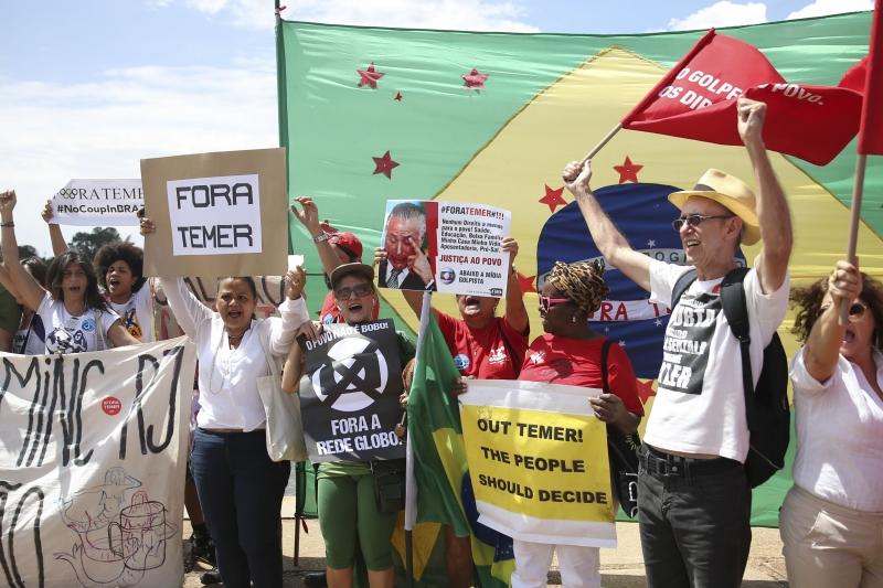 Manifestantes protestam em frente ao Palácio da Alvorada