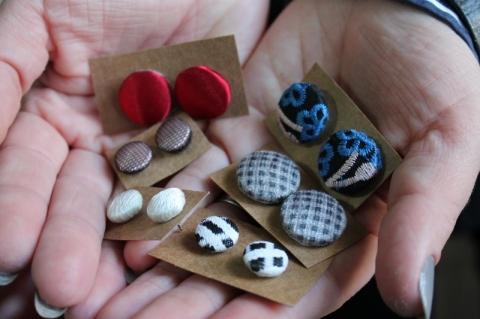 Os brincos artesanais são feitos com base de botão
