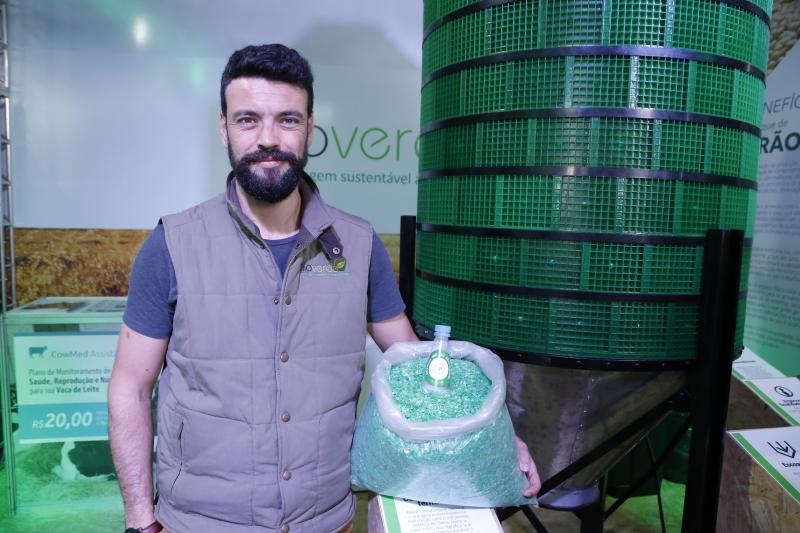 Manolo Machado, da Silo Verde, com o equipamento feito com garrafa pet