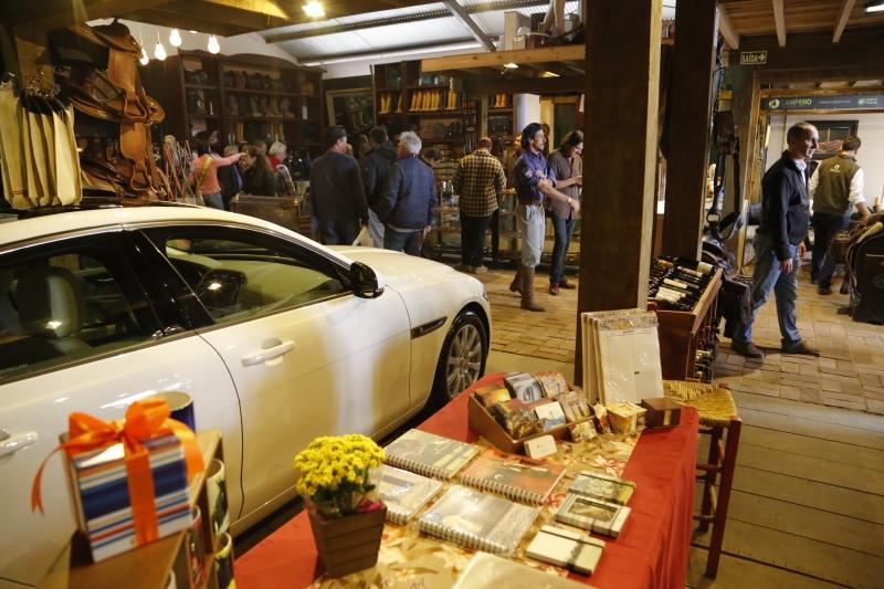 Jaguar chama a atenção dos clientes no interior da La Victoria