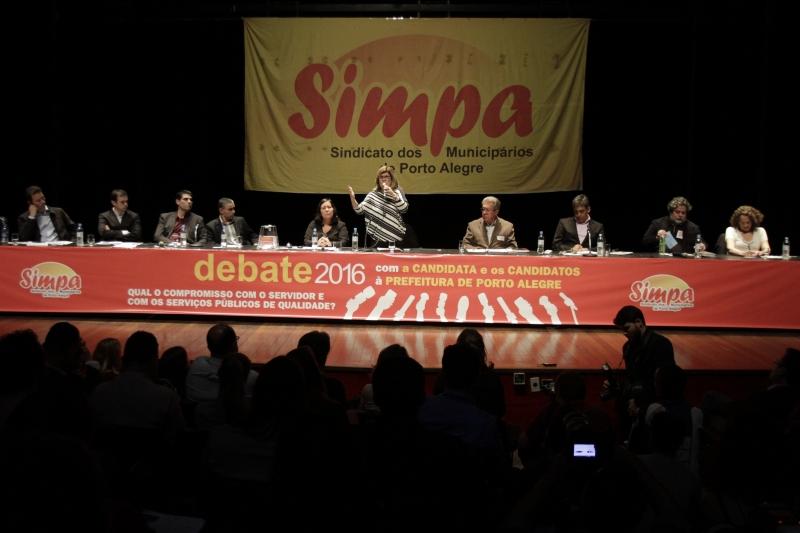 Carmen Padilha (ao microfone), do Simpa, pediu aos servidores que ouvissem as falas dos convidados