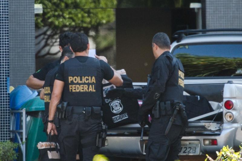 Policiais retiram documentos do fundo da Caixa Federal em Brasília