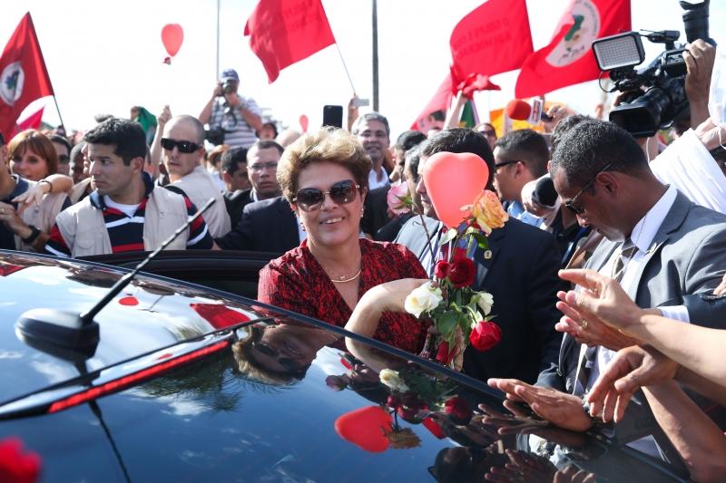 A ex-presidente recebeu chuva de pétalas e cumprimentou centenas de pessoas, a maioria mulheres