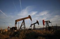 Petróleo fecha em alta em dia de baixa de liquidez e tensões entre EUA e China