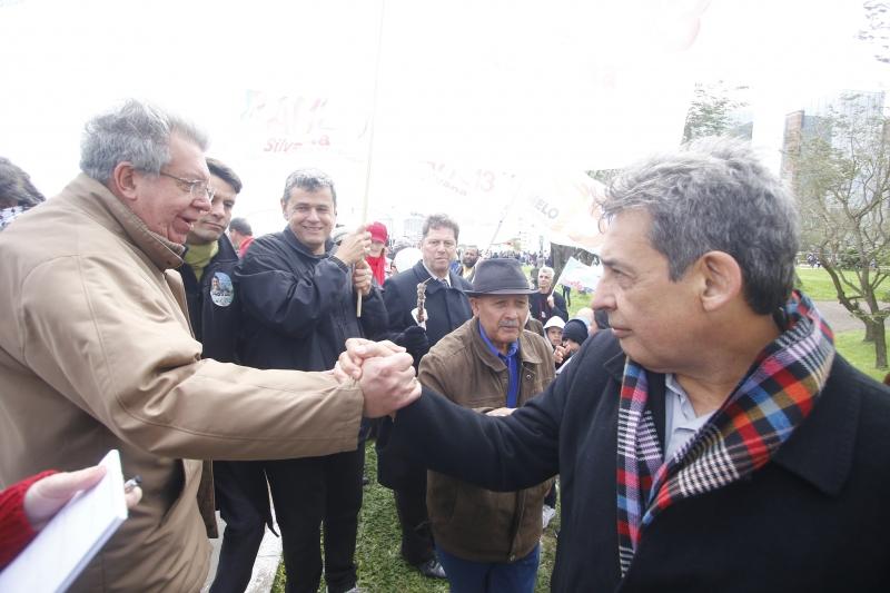 Raul Pont (e) e Sebastião Melo acompanharam o desfile de 7 de Setembro na Capital