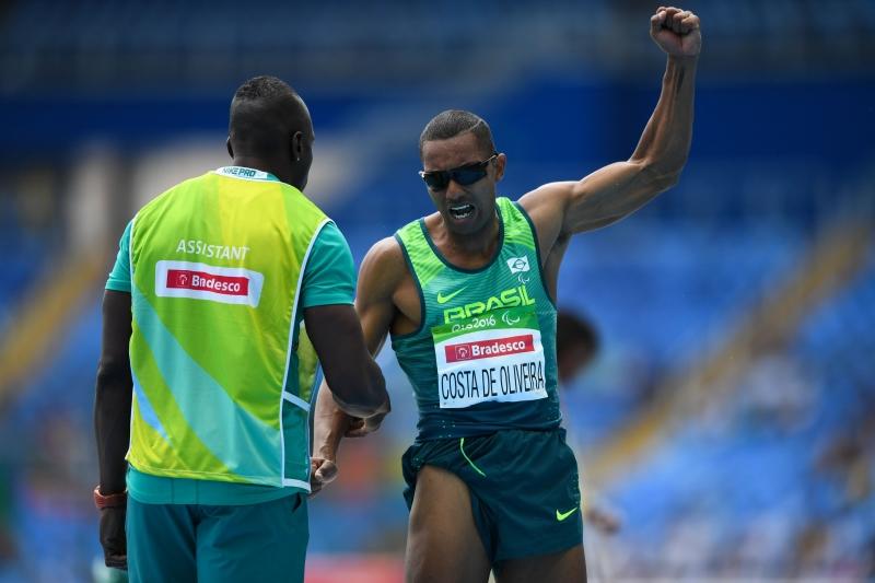 Rio de Janeiro - Ricardo Costa Oliveira conquista a medalha de ouro no salto a distância T11. Primeira medalha de ouro do Brasil nas Paralimpíadas Rio 2016 (Tânia Rêgo/Agência Brasil)