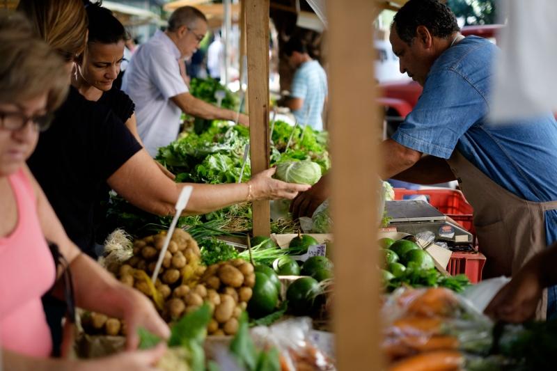 Famílias de baixa renda voltaram a gastar mais com alimentos em março