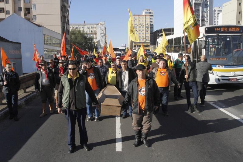 Grupo saiu em caminhada em direção ao Centro da Capital