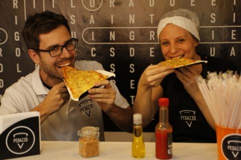Rodrigo Gobbi e Clarissa Fensterseifer são sócios da Pedazzo que aposta em pizzas em pedaços só para comer no local