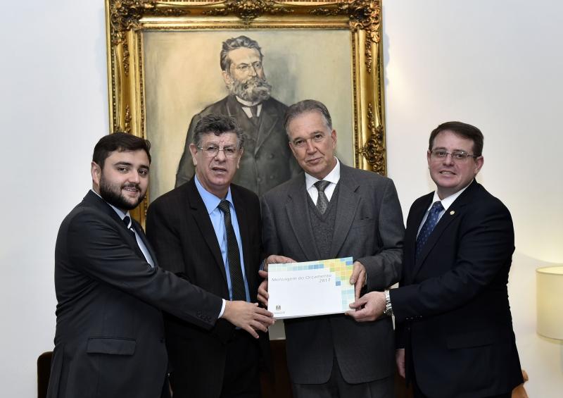Vice-presidente da AL, Adilson Troca (2º à esquerda) recebeu a peça