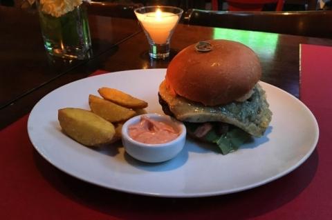 Entre as novidades do cardápio do Rosario Resto Lounge, três opções de hambúrguer