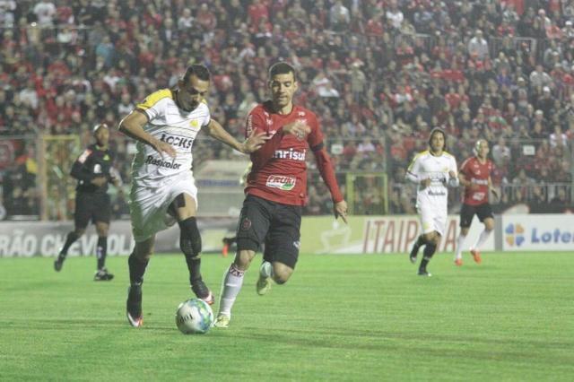 Diogo Oliveira foi expulso nos acréscimos do primeiro tempo