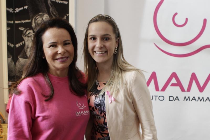 A médica Maira Caleffi e Jaqueline Hartmann, da Água de Pedra, na apresentação do Outubro Rosa