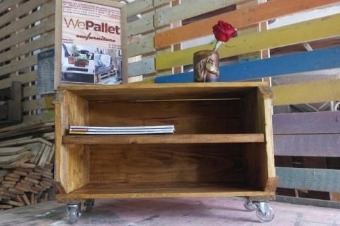 A prateleira pode ser utilizada como mesa de canto, porta-revistas, sapateira, etc.