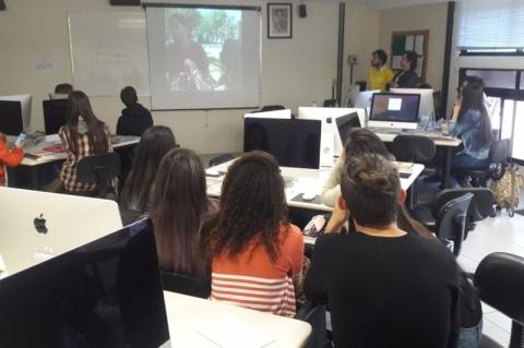 Estudantes assistem o resultado da oficina sobre vídeos para redes sociais