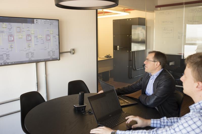 Engenheiro Ricardo Scheid e gerente de negócios Leandro Lusa (ao fundo) criaram simulador