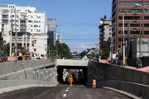 Trincheira da rua Anita Garibaldi fica pronta em Porto Alegre